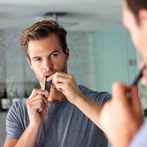 Barbat consuma un plic de afrodisiac uPotent in oglinda