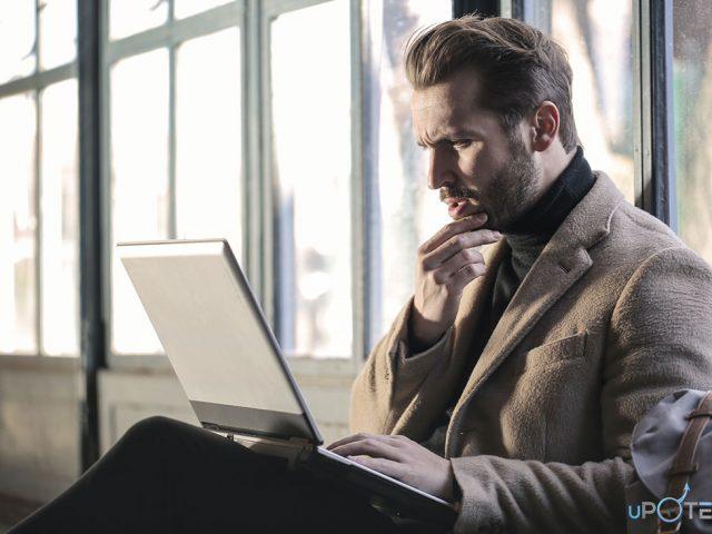 Barbat care cauta informatii legate de cauzele ejacularii precoce