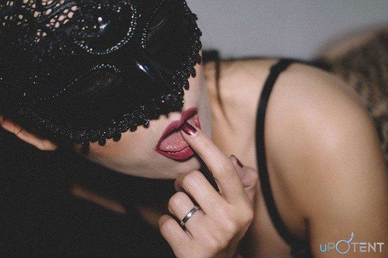 Femeie sexy cu degetul in gura